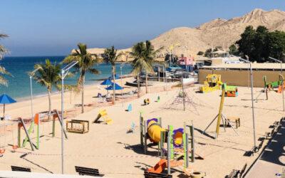 Installation d'un parc pour enfants dans le quartier de Qurm, à Oman.